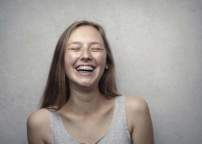 Los Dientes Manchados después de la Ortodoncia se pueden Evitar